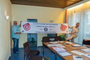 Unser neues Banner. Jürgen Rothländer und Oliver Wolf zeigen stolz da neue Vereinsbanner.