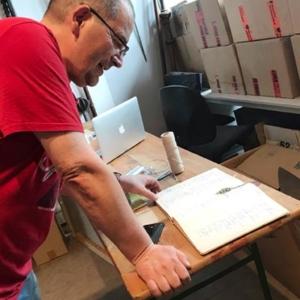 Vereinsmitglied Piet aus der Archivgruppe liest im Gästebuch von 1957 des Vereins für Geschichte und Altertumskunde Frankfurt-Höchst e.V. und freut sich über die bekannten Namen